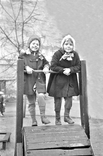 Фото 003 б. В детском городке на «вращающемся барабане»
